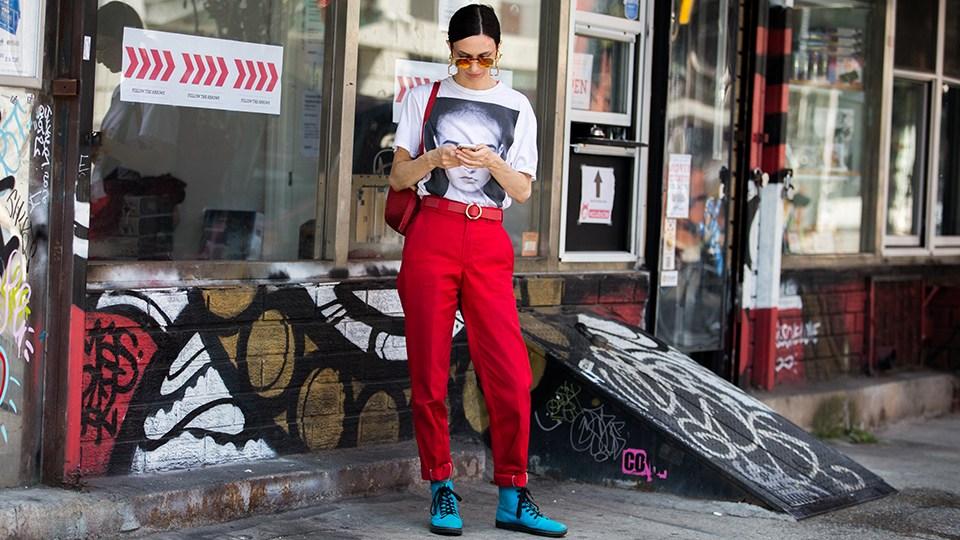 Девушка в красных брюках и голубых ботинках - стильный образ на лето 2017