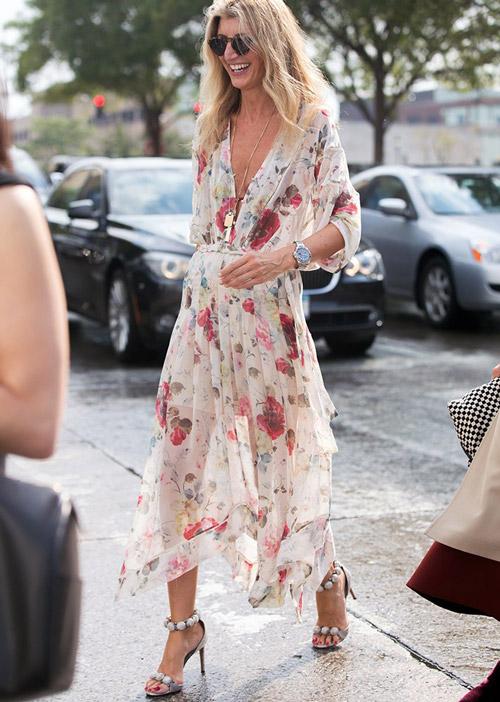 Девушка в легком платье с цветочным принтом - стильный образ на лето 2017