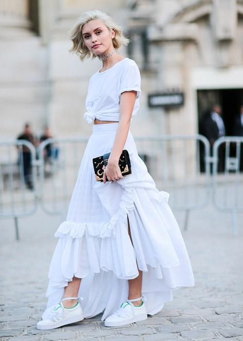 Девушка в белой асимметричной юбке и топе - стильный образ на лето 2017