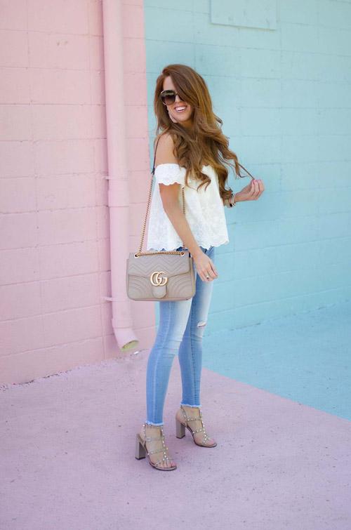 Девушка в обтягивающих джинсах и ажурном топе - стильный образ на лето 2017