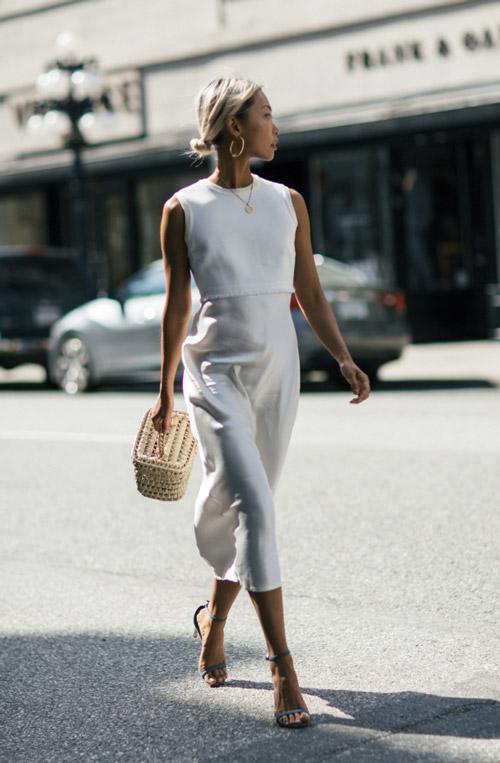 Девушка в белой юбке и топе - стильный образ на лето 2017