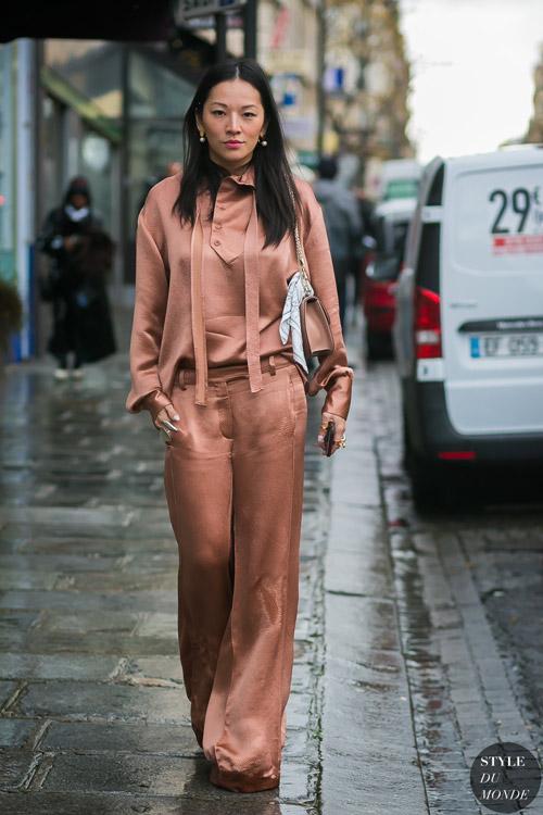 Девушка в кремовых брюках и блузе - стильный образ на лето 2017