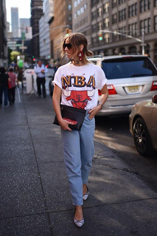 Девушка в футболке с принтом и лодочках - стильный образ на лето 2017