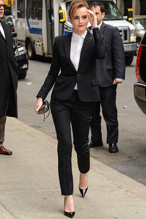 В костюме от Saint Laurent, туфли от Christian Louboutin на шоу David Letterman в Нью-Йорке, март 2014