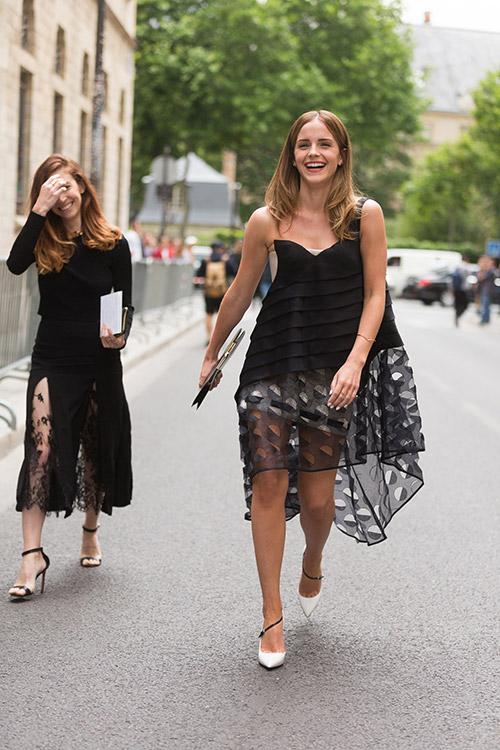 Покидая модное шоу Dior Haute Couture во время недели моды в Париже, июль 2014