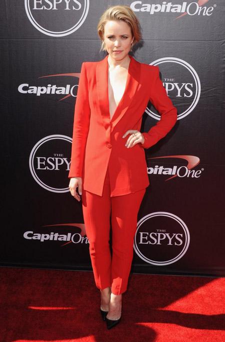 Рэйчел МакАамс в красном костюме