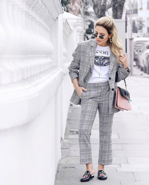 Девушка в сером костюме и футболке с принтом