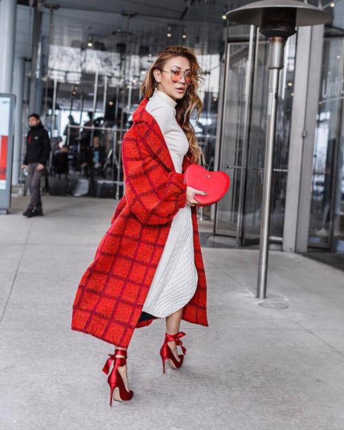 Девушка в красном пальто и туфлях