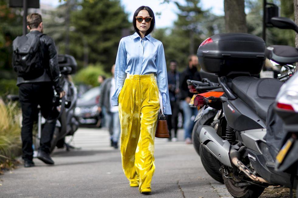 Девушка в бархатных брюках палаццо и голубая рубашка