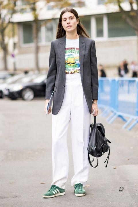 Девушка в белых брюках палаццо со стрелками, футболка и серый пиджак