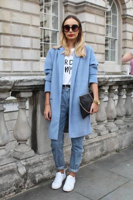 Девушка в голубом пальто и герлфрендах