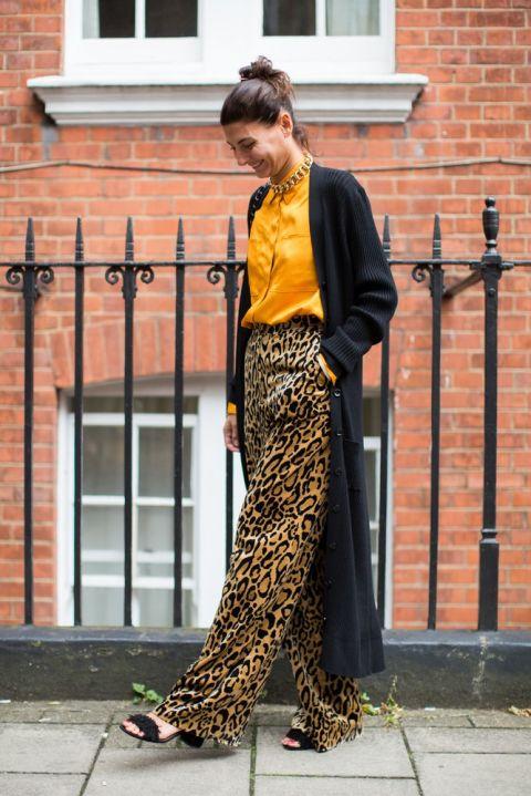 Девушка в леопардовых брюках палаццо, оранжевая блузка и длинный кардиган