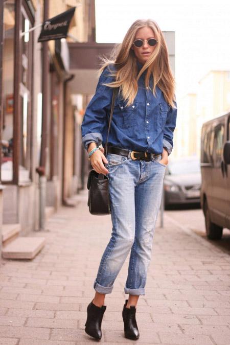 Девушка в объемной голубой рубашке и герлфрендах