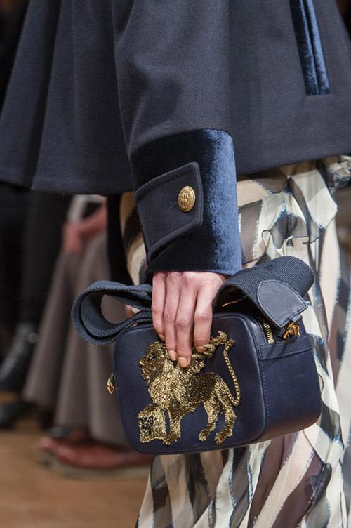 Модель с синей сумкой от alberta ferretti сезон осень 2017 - зима 2018