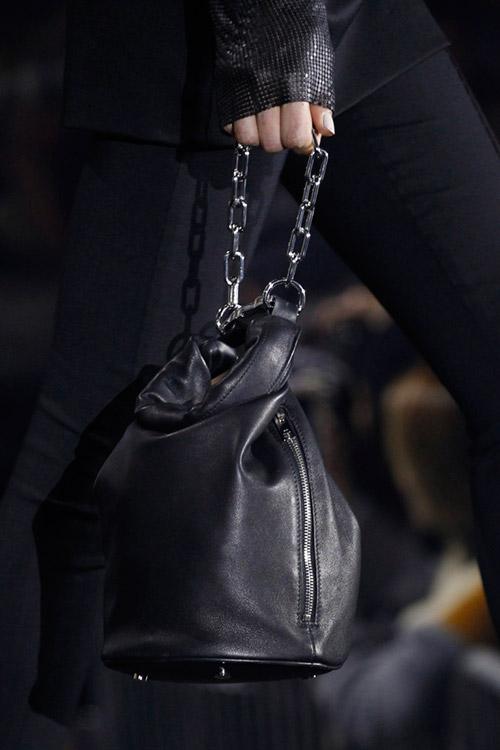 Девушка с сумкой мешок от alexander wang на цепочке сезон осень 2017 - зима 2018