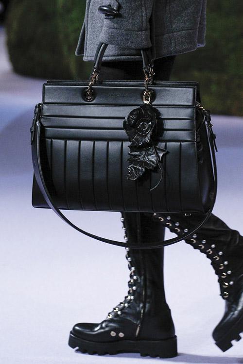 Модель с черной сумкой от altuzarra сезон осень 2017 - зима 2018