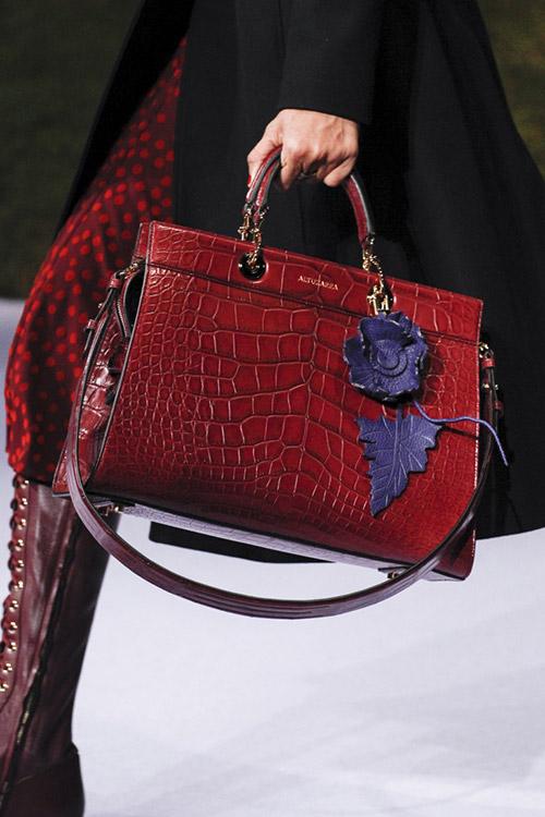 Девушка с деловой красной сумкой от altuzarra сезон осень 2017 - зима 2018