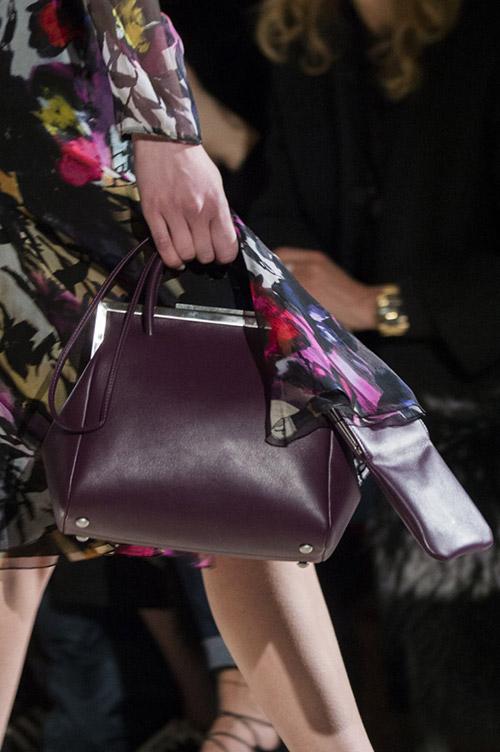 Модель со сливовой сумкой на тоненьком ремешке от blumarine сезон осень 2017 - зима 2018