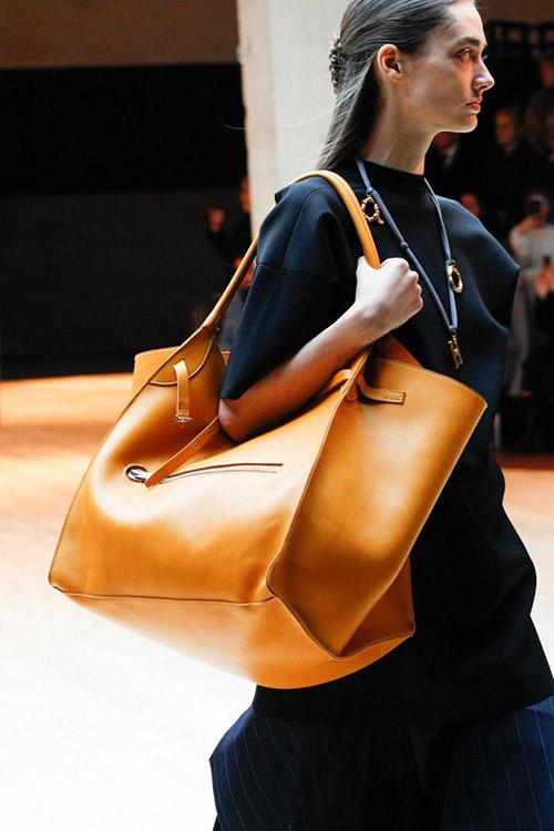 Девушка с сумкой оверсайз солнечного оттенка от celine сезон осень 2017 - зима 2018