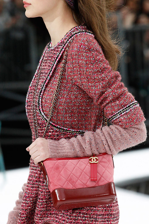 Девушка с красной сумочкой от chanel сезон осень 2017 - зима 2018
