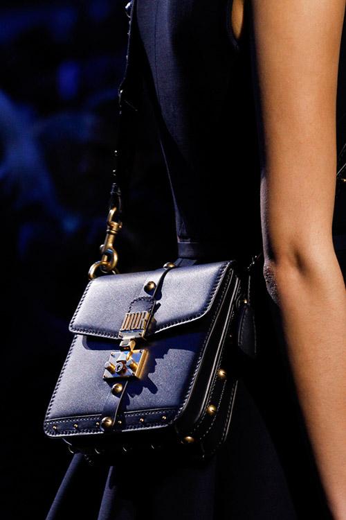 Девушка с синей небольшой сумкой от christian dior сезон осень 2017 - зима 2018