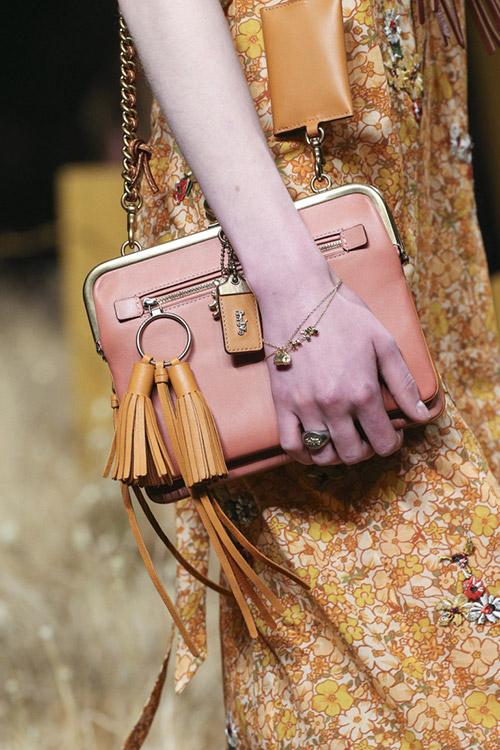 Модель с розовой сумочкой с кожаными кистями от coach 1941 сезон осень 2017 - зима 2018