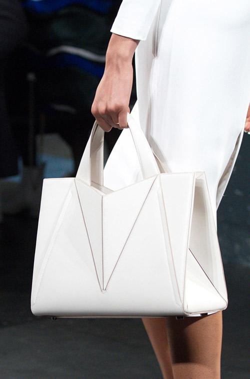 Девушка с белой сумкой в геометрическом стиле от cushnie et ochs сезон осень 2017 - зима 2018