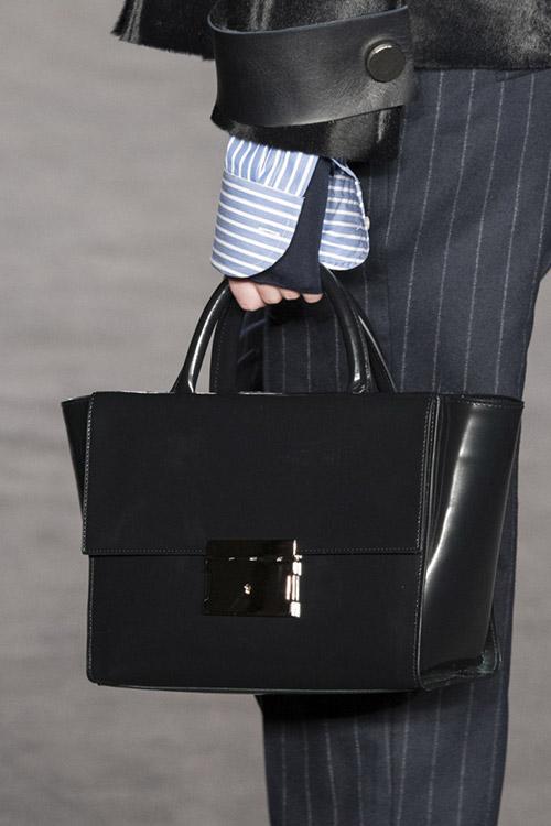 Девушка с черной классической сумкой от daks сезон осень 2017 - зима 2018