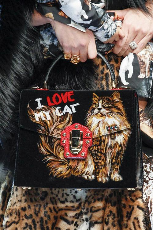 Модель с черной сумкой с кошкой от dolce gabbana сезон осень 2017 - зима 2018
