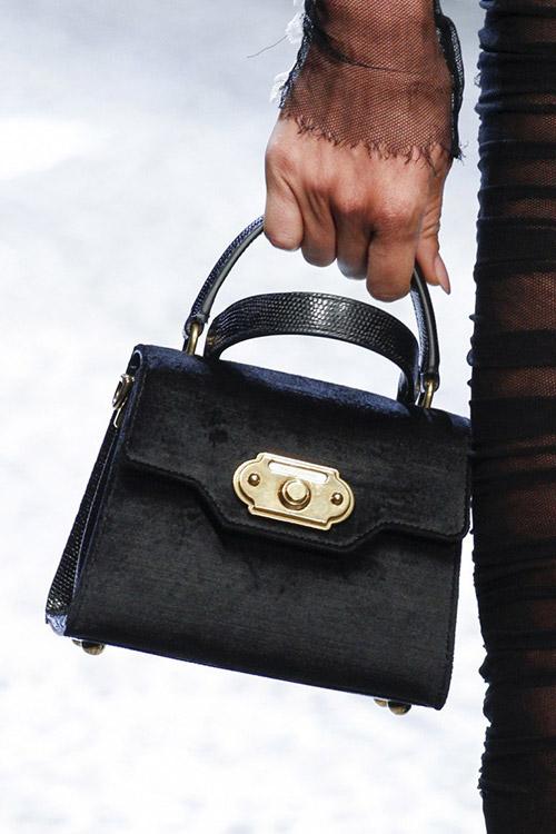 Девушка с черной трапецевидной сумкой от dolce gabbana сезон осень 2017 - зима 2018