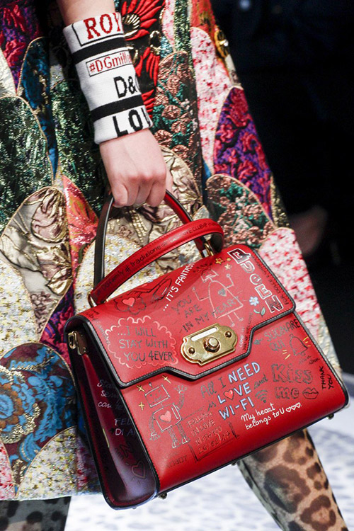Девушка в красной сумкой с надписями от dolce gabbana сезон осень 2017 - зима 2018