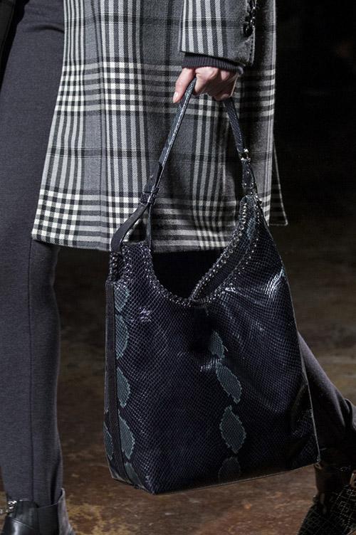 Модель с черной сумкой от fay сезон осень 2017 - зима 2018