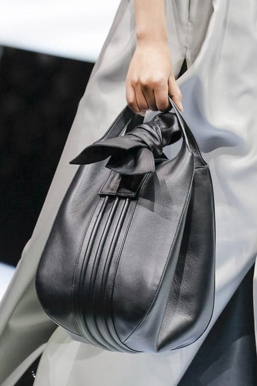 Девушка с черной сумкой-мешок от giorgio armani сезон осень 2017 - зима 2018