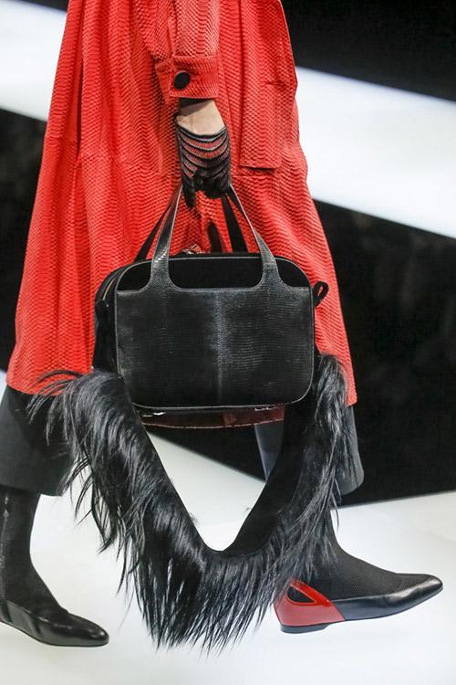 Девушка с сумкой чемодан с перьями внизу от giorgio armani сезон осень 2017 - зима 2018
