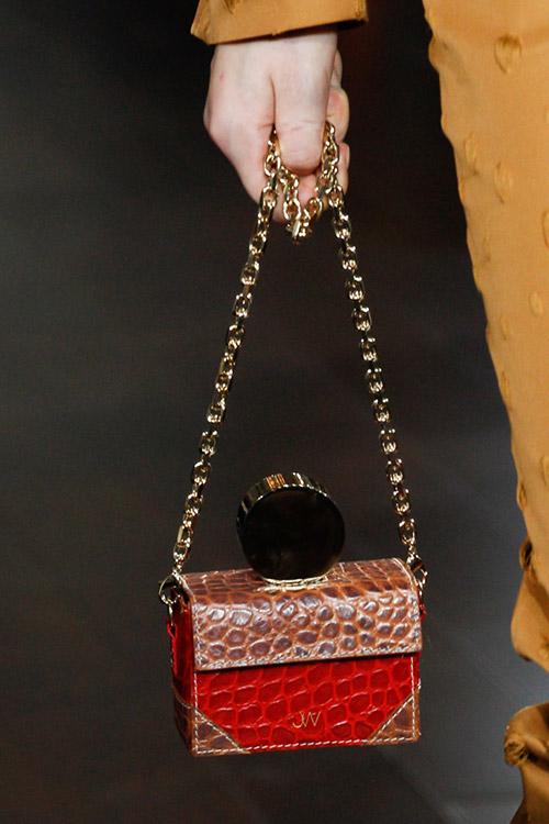 Девушка в красной маленькой сумочкой на золотой цепочке от jason wu сезон осень 2017 - зима 2018