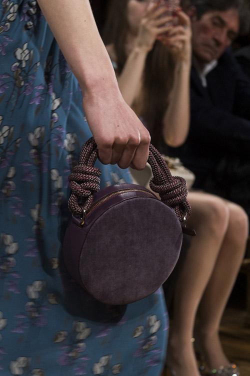 Круглая сумочка баклажанового цвета от john galliano сезон осень 2017 - зима 2018