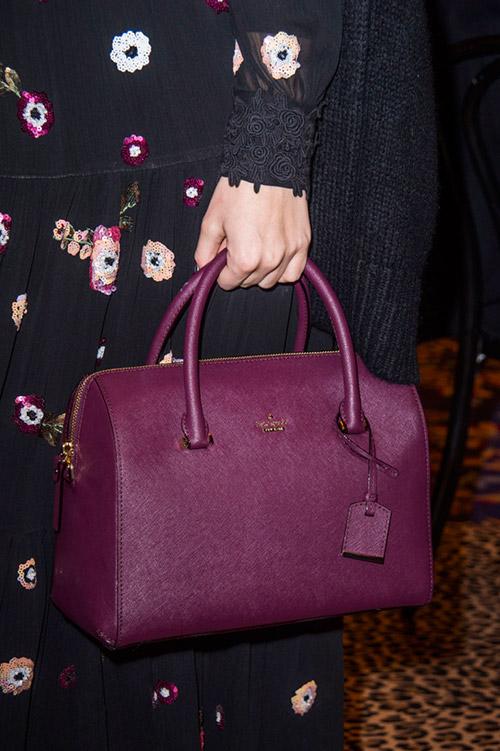 Девушка в сумкой фиолетового цвета от kate spade сезон осень 2017 - зима 2018