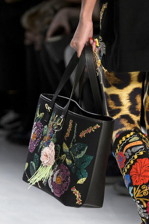 Модель с черной с сумкой с принтом из блесток от libertine сезон осень 2017 - зима 2018