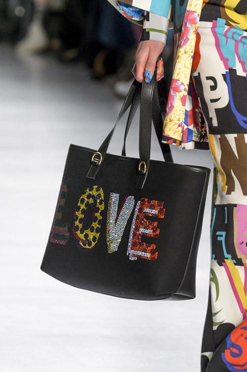 Модель с черной сумкой с надписью от libertine сезон осень 2017 - зима 2018