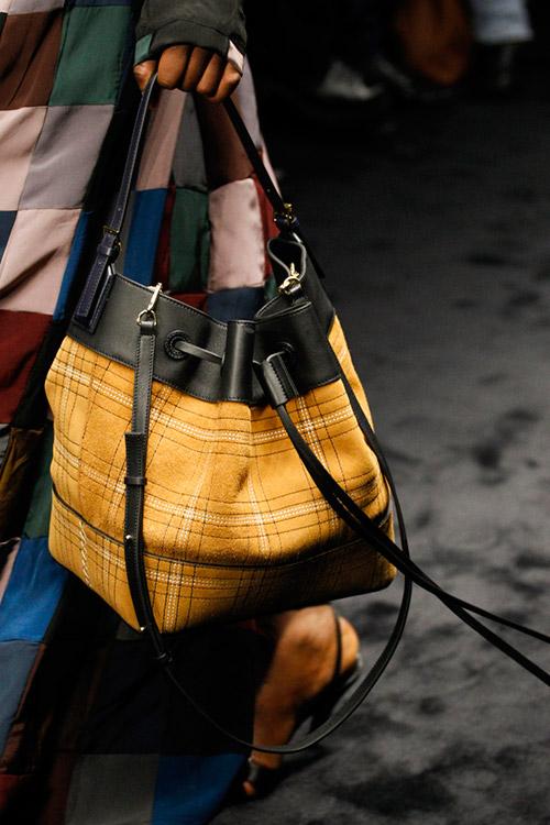 Универсальная сумка мешок горчичного цвета от loewe сезон осень 2017 - зима 2018
