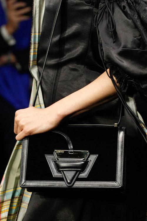 Девушка с черной сумкой на тонком ремешке от loewe сезон осень 2017 - зима 2018