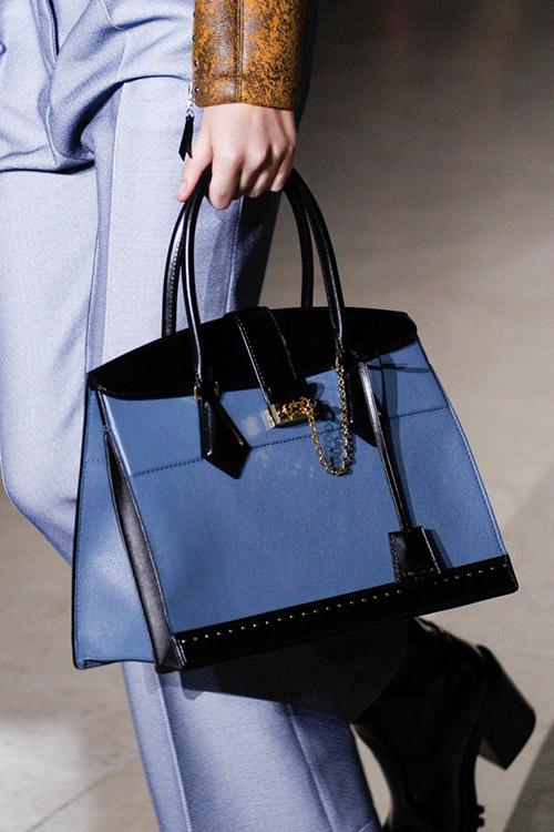 Девушка с черно-голубой жесткой сумкой от louis vuitton сезон осень 2017 - зима 2018