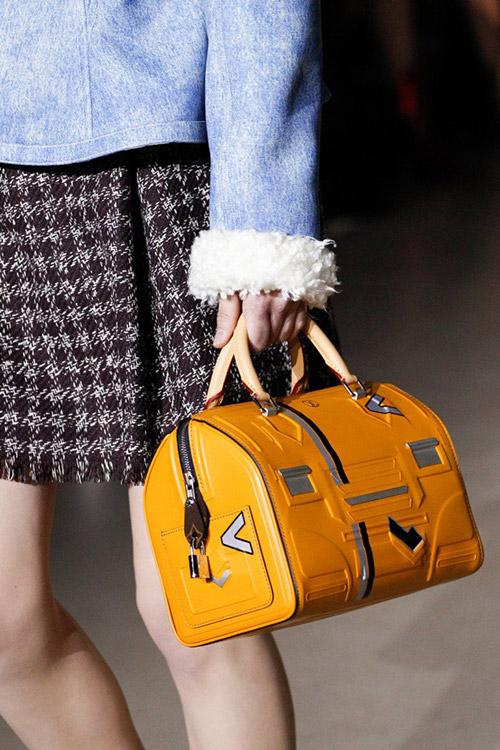 Девушка с яркой сумкой оригинальной формы от louis vuitton сезон осень 2017 - зима 2018