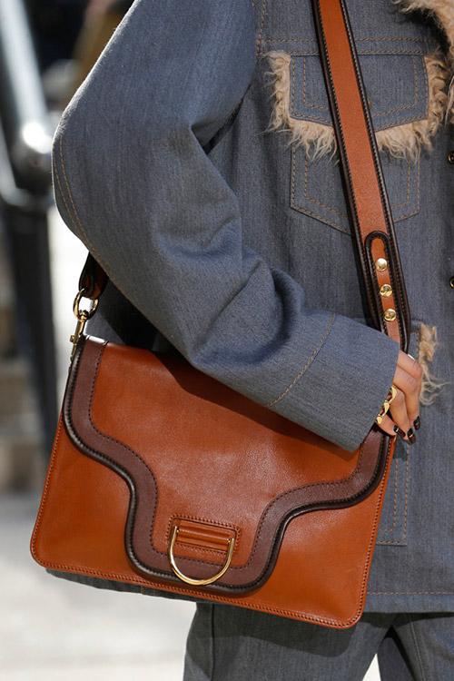 Девушка с кожаной сумкой от marc jacobs сезон осень 2017 - зима 2018