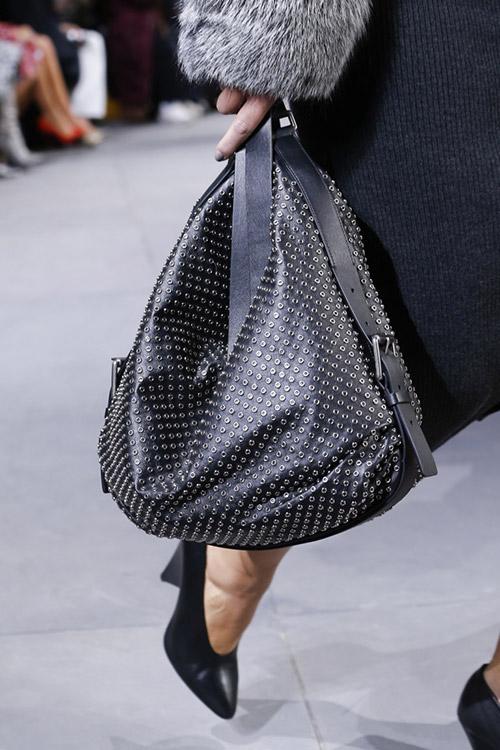 Черная сумка мешок с фурнитурой от michael kors сезон осень 2017 - зима 2018