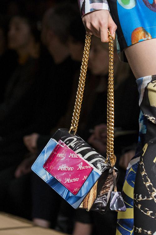 Яркая сумка с золотой цепочкой от moschino сезон осень 2017 - зима 2018