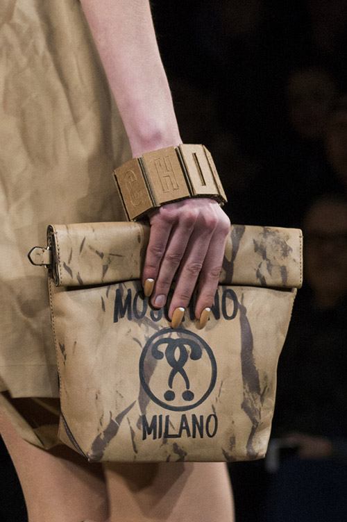 Девушка с бежевой сумкой от moshino сезон осень 2017 - зима 2018