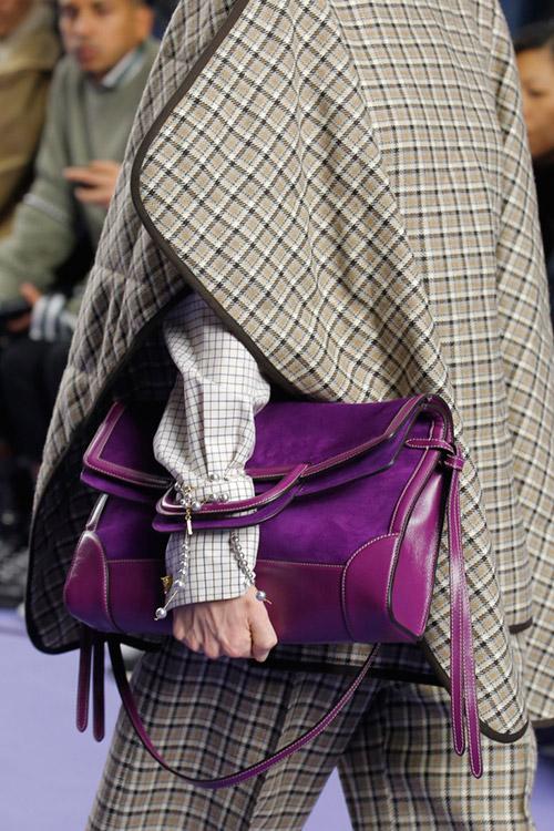 Девушка с яркой фиолетовой сумкой от mulberry сезон осень 2017 - зима 2018
