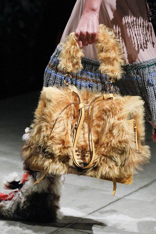 Модель с меховой сумкой от prada сезон осень 2017 - зима 2018