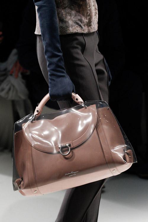Модель с коричневой сумкой в непромокаемом чехле от salvatore ferragamo сезон осень 2017 - зима 2018
